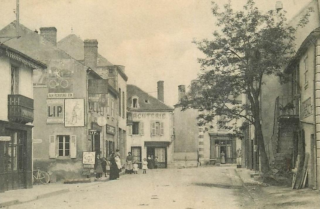 Grande rue du village de Broût-Vernet (Allier), vue sur une affiche Lip vers 1910 @SHL