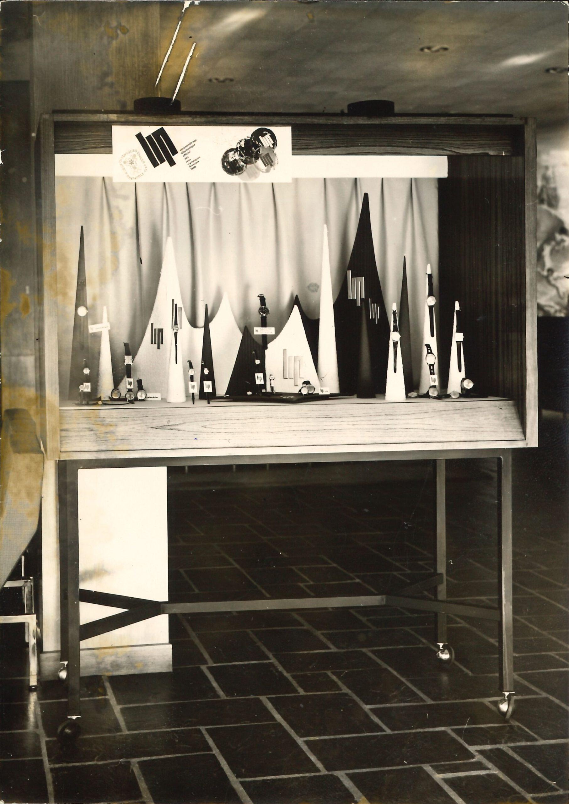 Vitrine et présentoir spécial Jeux Olympiques de Grenoble 1967 - 1968 hall Palente Fred Lip @HAOND Clément